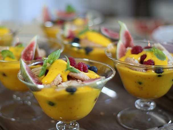 Trifle med saffranssabaglione med färska fikon och bär