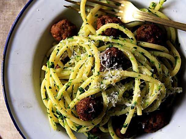 Tryffeldoftande köttbullar med pasta