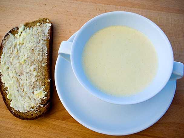 Tryffelsmaksatt blomkålssoppa med mörkt bröd