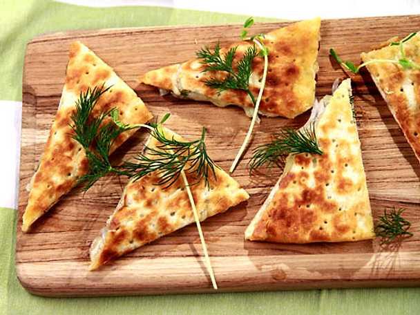 Tunnbrödssnittar med anjovis, dill och smält ost
