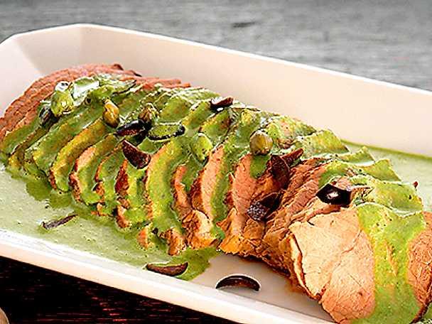 Tunnskivad kalvstek med oliver, kapris och grön sås