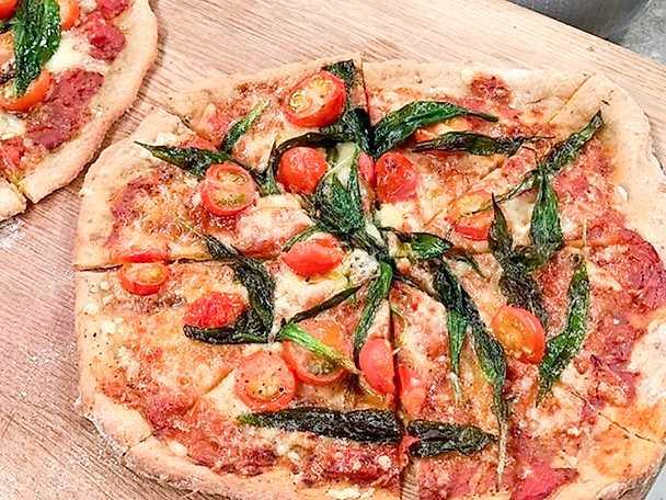 Ucyclad pizza med tomat, ramslök och tryffelkräm