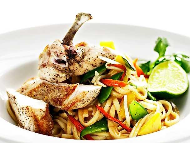 Udonnudlar med majskyckling, wokade grönsaker och röd curry