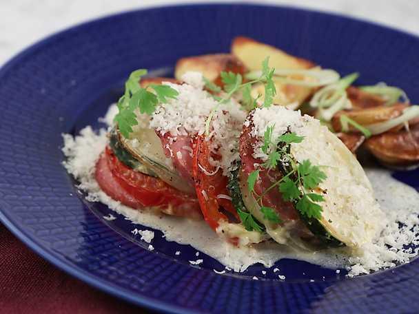 Ugnsbakad falukorv med tomat, zucchini och rostad klyftpotatis