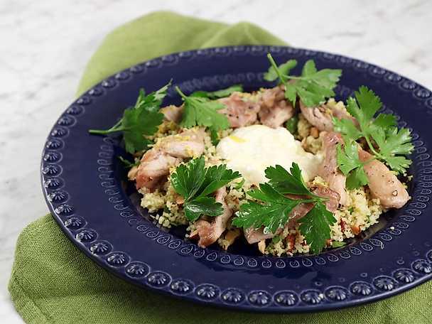 Ugnsbakad kyckling med rostad vitlöksdressing, couscous och mandlar