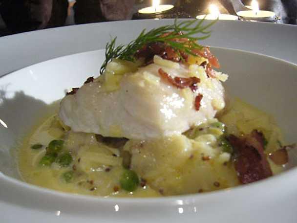 Ugnsbakad långa med grovmosad senapspotatis och ärtor samt lutfiskkryddad vit sås