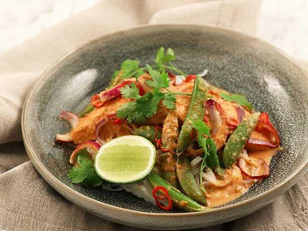Ugnsbakad lax i het och syrlig thaisås