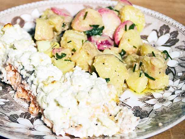 Ugnsbakad lax med fetaost, serveras med varm potatissallad