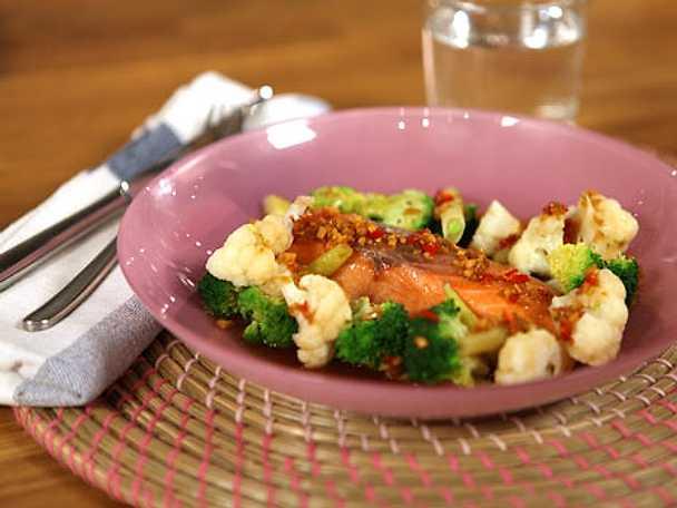 Ugnsbakad lax med krispiga grönsaker