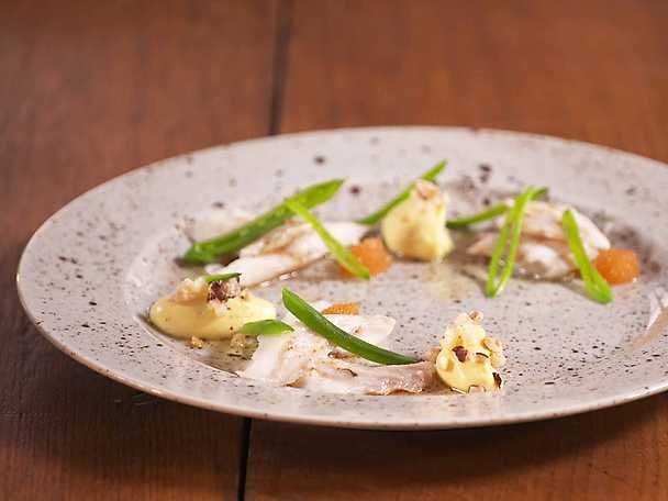 Ugnsbakad piggvar med blomkålspuré, äppelbrunoise, brynt smör och löjrom