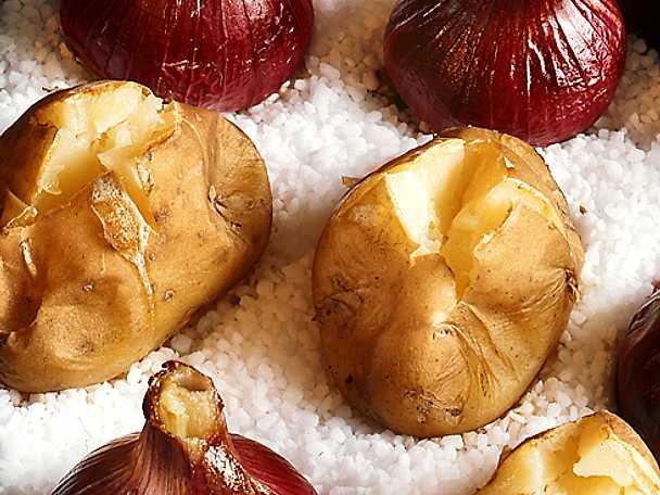 Ugnsbakad potatis och lök på saltbädd
