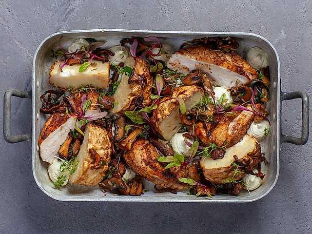 Ugnsbakad rotselleri med höstsvamp, kyckling och örtcrème