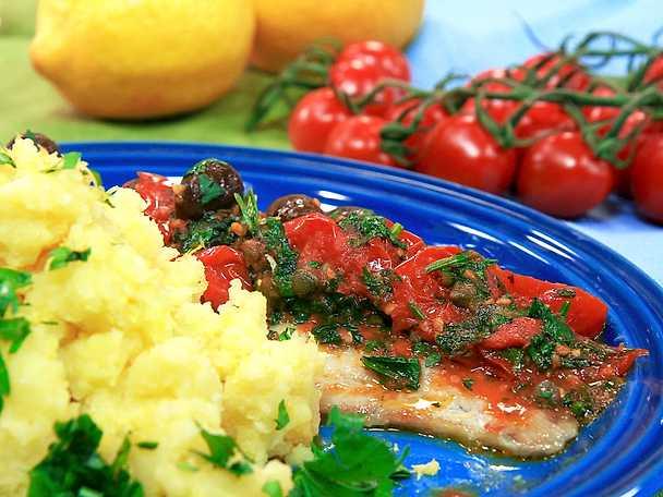 Ugnsbakad sej med tomat-, kapris- och olivsås och pressad citronpotatis