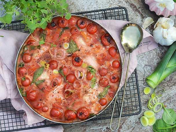 Ugnsbakad torsk i mustig tomatsås