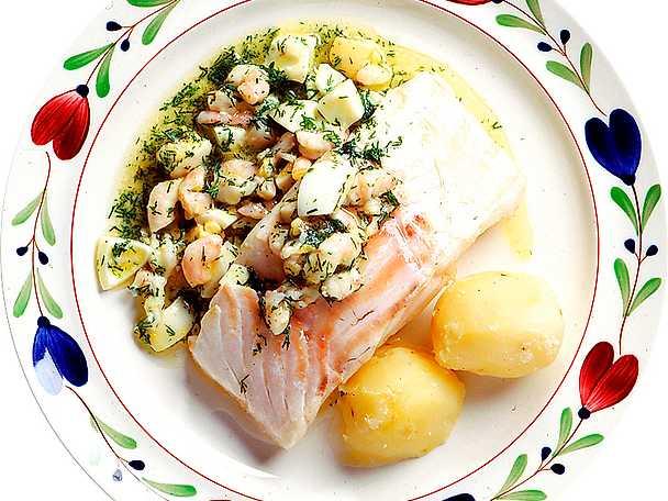 Ugnsbakad torsk med räkor och hackat ägg