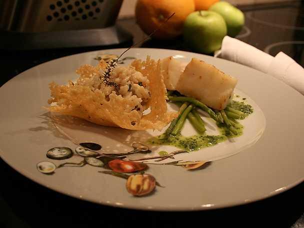 Ugnsbakad torskrygg med lyxig champagne- och örtrisotto i skör parmesankorg