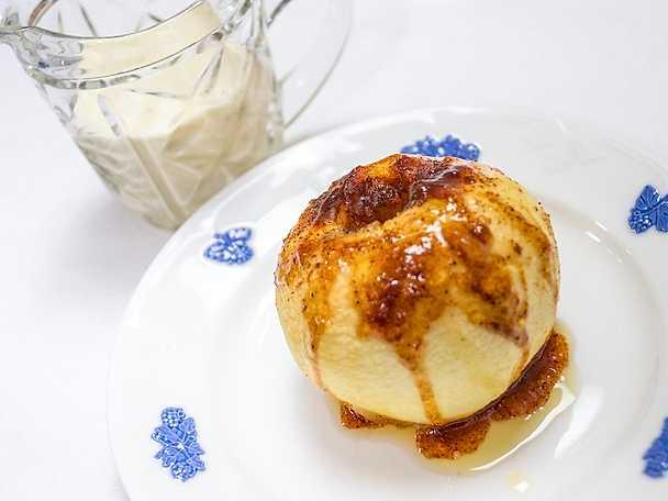 Ugnsbakade äpplen med hemmagjord vaniljsås
