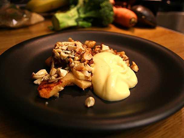 Ugnsbakade äpplen med rostade nötter och vaniljkesella