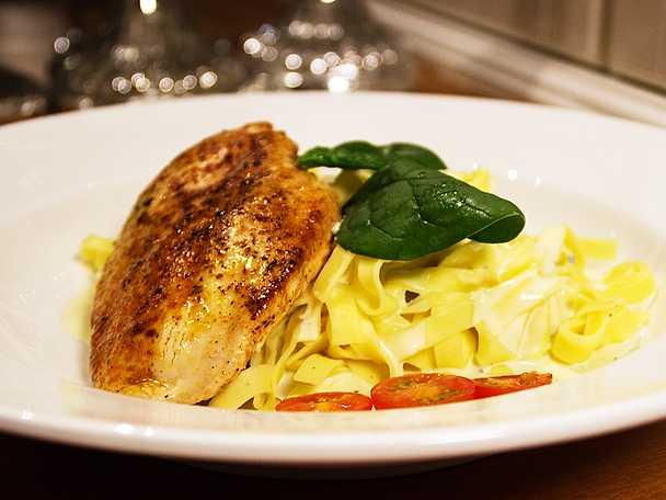 Ugnsstekt kyckling med färsk pasta och vitlöks- och ädelostsås