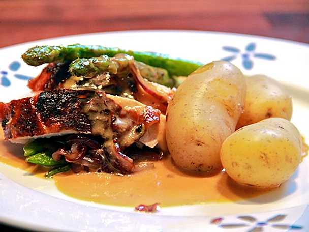 Ugnsstekt saffranskalkon med kokt potatis