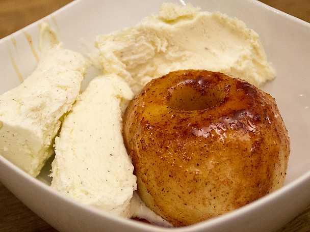 Ugnsstekta äpplen på mors vis med hemgjord vaniljglass