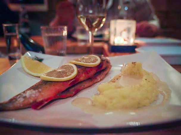 Ugnstekt röding med potatismos och mesostsås