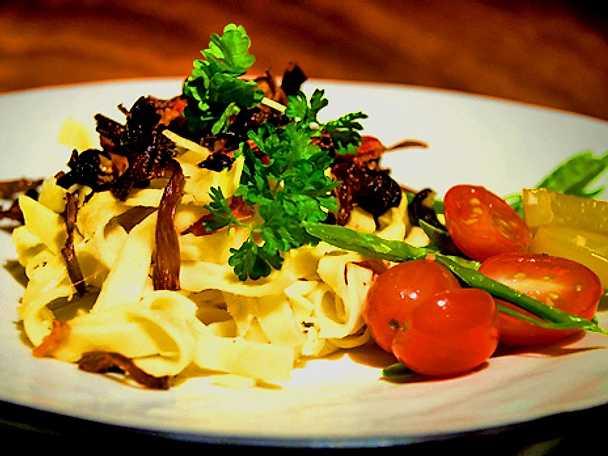 Ugnstekta bacon med knaperstekt svamp och färsk pasta