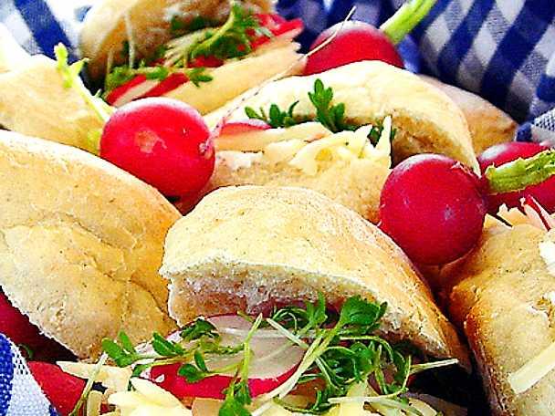 Utflyktsbröd med rädisor och ost