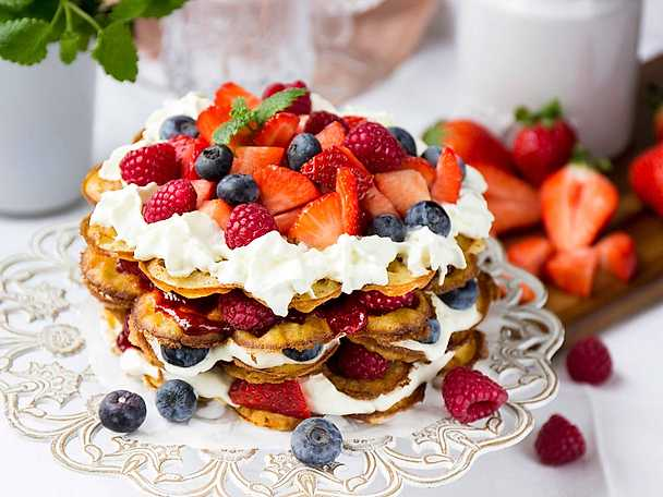 Våffeltårta med sylt, grädde och jordgubbar