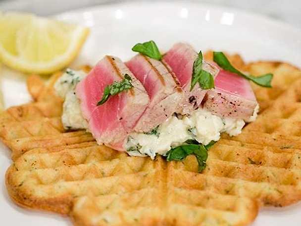 Våffla på basilika serveras med grillad tonfisk