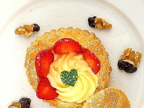 Vaniljbakelse med färska jordgubbar och nötter