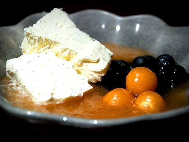 Vaniljglass med färska bär och en frisk melonsås