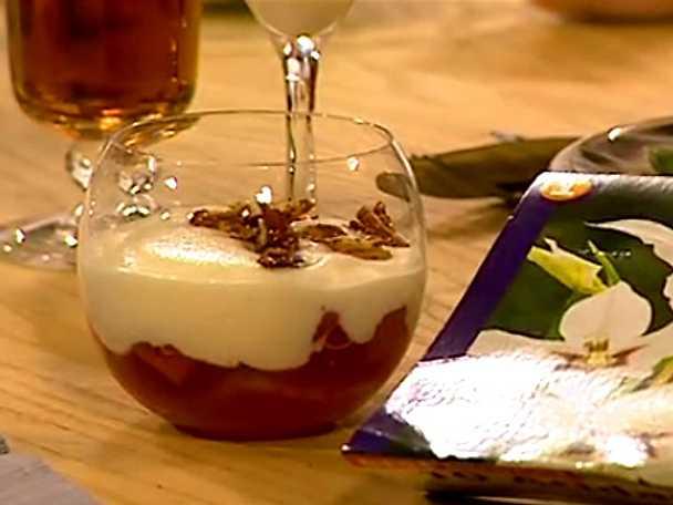 Vaniljkokta rabarber med äggtoddy och mandelkaka