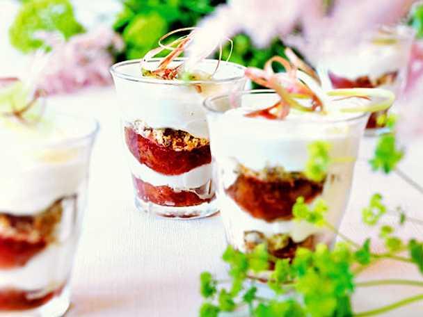 Vaniljparfait med rabarber i glas