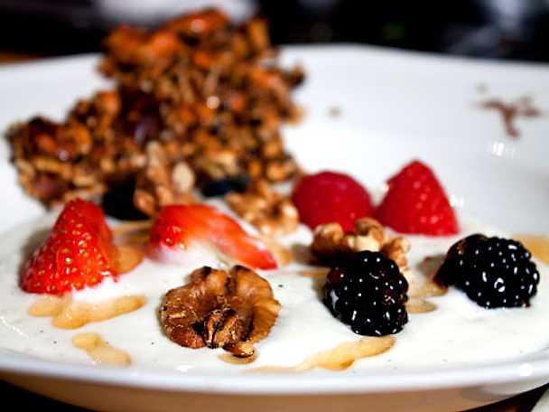 Vaniljyoghurt med bär och valnötter