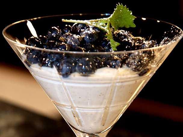 Vaniljyoghurt med blåbärskompott och champagne