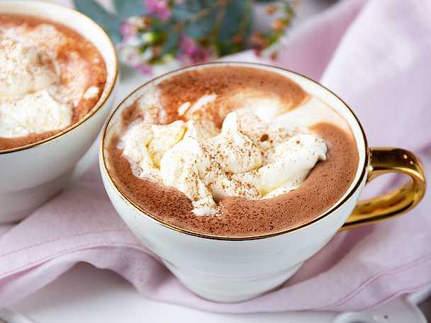 Varm choklad av mjölk och grädde