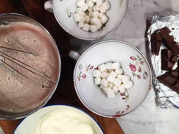 Varm choklad med grädde och marshmallows