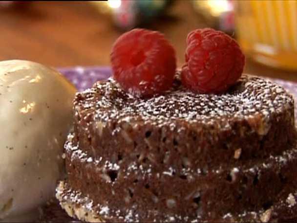 Varm choklad- och hallonbakelse med vaniljglass