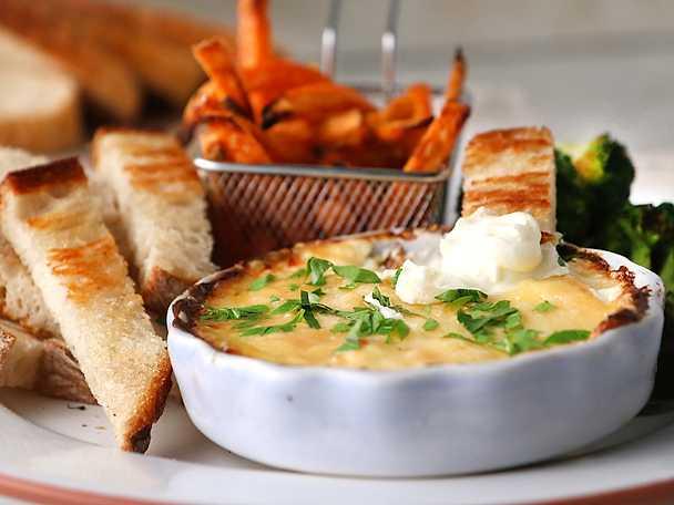 Varm dipp med parmesan och cheddar