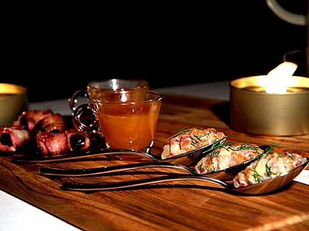 Varm drink på nypon, ingefära och citrongräs