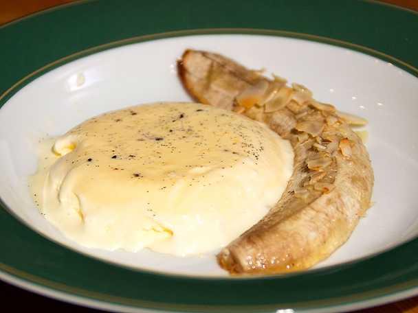 Varm guleböj med mandelspån och vaniljparfait
