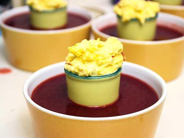 Varm jordgubbssoppa, serveras med saffransmandelgrädde