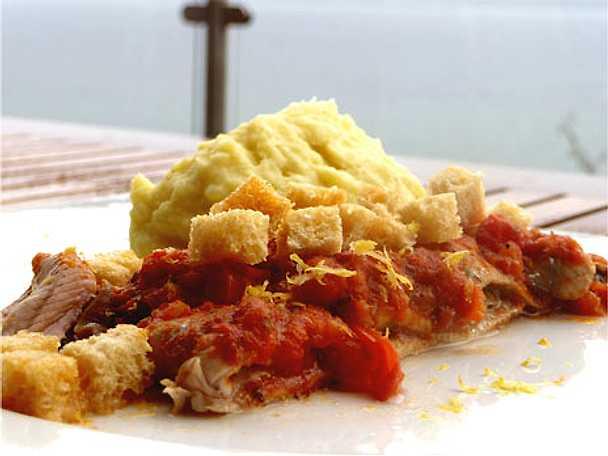 Varm tomatströmming med potatismos och krutonger