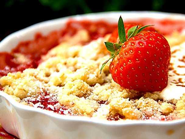 Varma jordgubbar under mandelmassetäcke