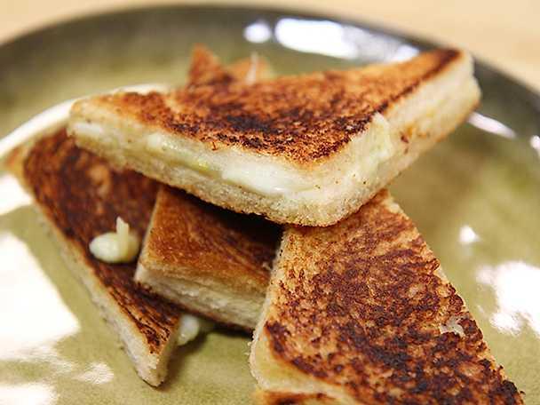 Varma mackor med tre sorters ost
