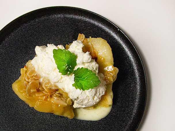Varma päron med frasigt toscaknäcke