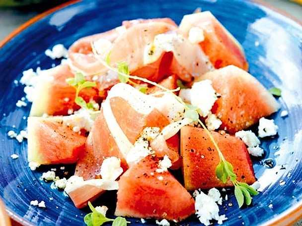 Vattenmelon med fårost och serranoskinka