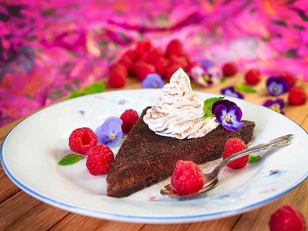 Vegansk kladdkaka med vaniljkokosgrädde och hallon