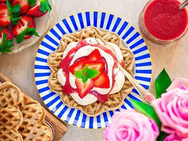 Veganska och glutenfria våfflor med jordgubbssås